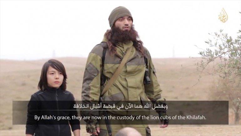 Otro horror del Estado Islámico: utilizó a un niño como verdugo de dos prisioneros rusos