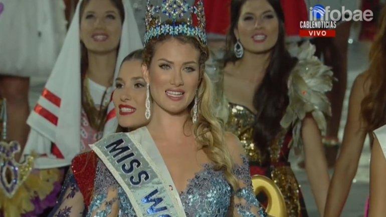 El momento de la coronación de Mireia Lalaguna