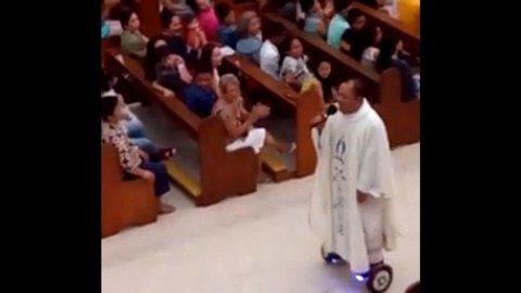 Un sacerdote es furor en las redes sociales