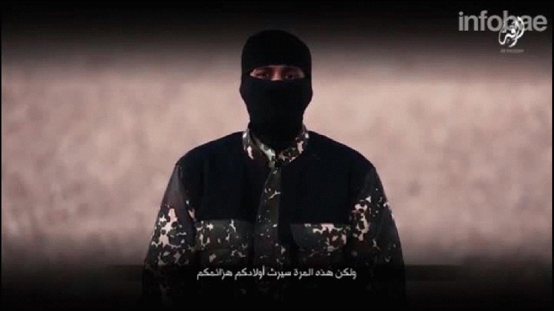 Antes de la ejecución, un terrorista de ISIS amenaza a Reino Unido para que detenga sus bombardeos en Siria y tilda al premier David Cameron de esclavo de la Casa Blanca. Y concluye: Sus hijos heredarán sus derrotas y te recordarán como el tonto que pensaba que podía luchar contra el Estado islámico.Al final del video, un niño declara: Vamos amatar a los no creyentes en Reino Unido