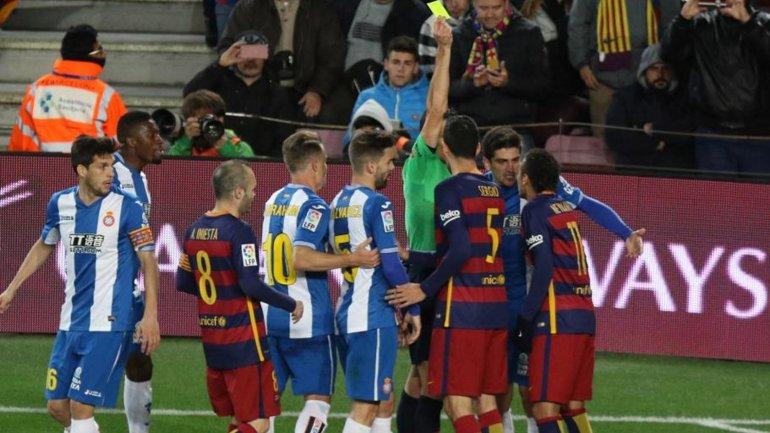Todos los incidentes dentro del campo de juego en el derby de Barcelona-Espanyol por Copa del Rey