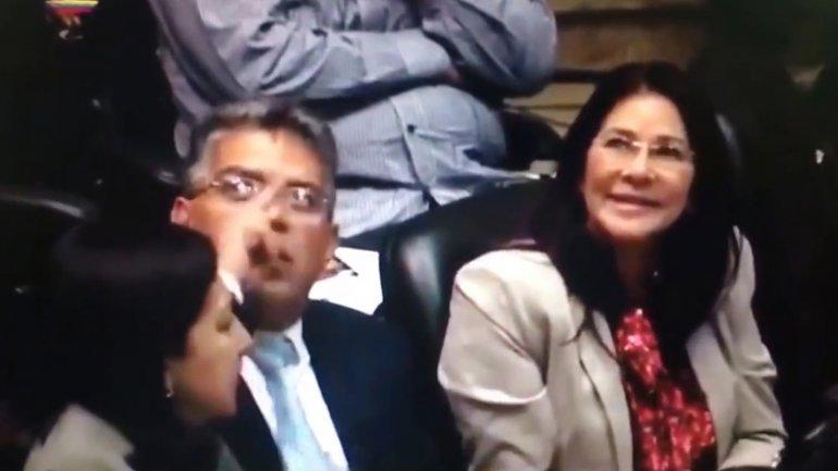 Cilia Flores y Elías Jaua se mostraron furiosos contra un grupo de personas que los increpó en la Asamblea Nacional