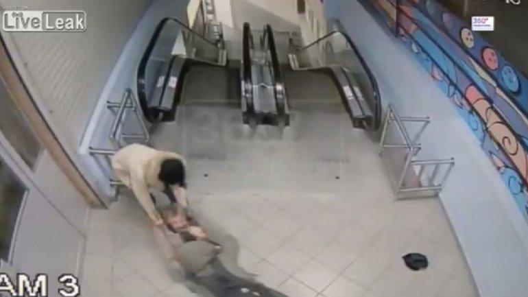El brutal ataque de las jóvenes sobre el indigente en un centro comercial ruso