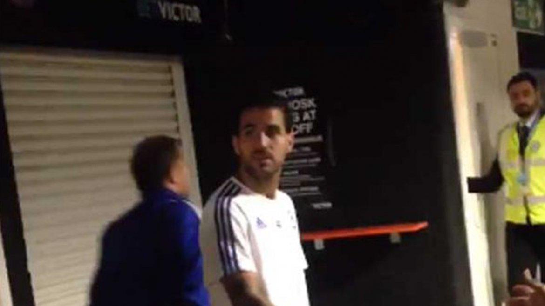 El momento en que Fàbregas fue agredido por acomodador en Stamford Bridge
