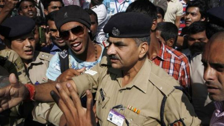 Así se salvó Ronaldinho de que lo aplaste un semáforo en Kerala, India