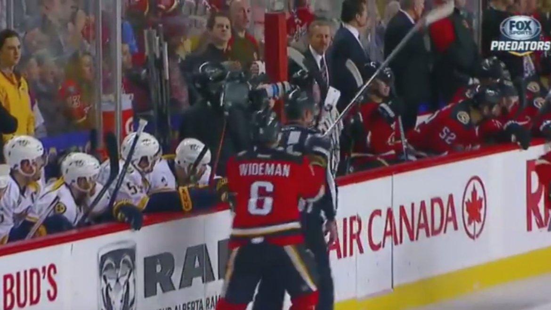 La agresión de Dennis Wideman al árbitro Don Henderson en la NHL