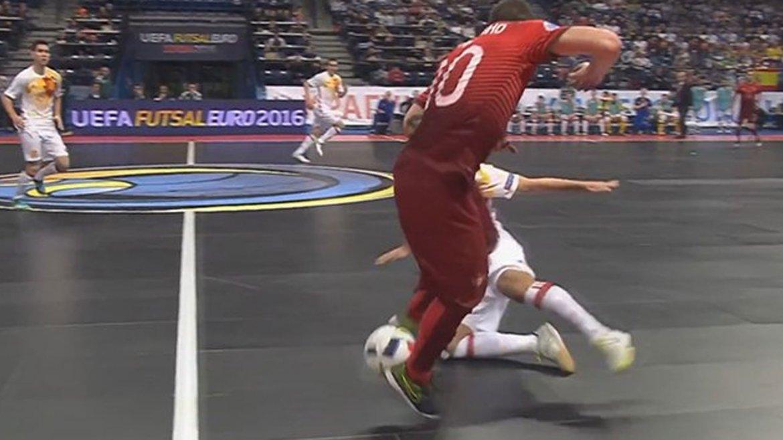 Ricardinho volvió a marcar con su selección. Una jugada de ensueño para desairar a la defensa española.