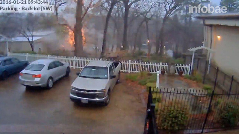 Una cámara de seguridad de una escuela en Texas mostró como un rayo fulminó un árbol