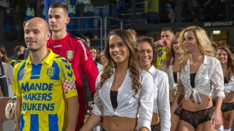 Las modelos ingresaron de la mano de los jugadores del RKC Waalwijk de la segunda división de Holanda