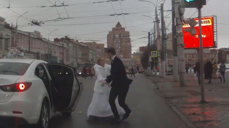 El video se volvió viral: en la ciudad rusa de Tula lo abandonó en la calle instantes después de casarse