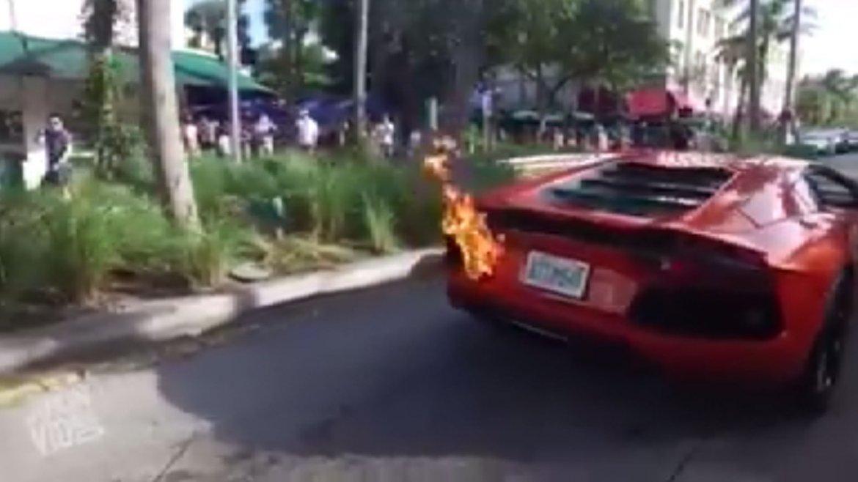 Esta vez fue en Lincoln Road: otra vez un Lamborghini se prendió fuego.