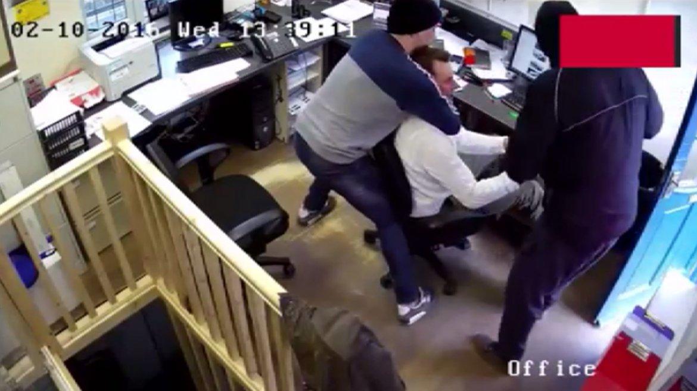 En el sur de Londres dos delincuentes irrumpieron en un local y sujetaron a la víctima. Le robaron un Rolex de 20 mil dólares y el hombre quedó en estado de shock.