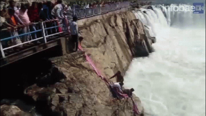 En la ciudad india de Japalpur, Asha Devi intentó quitarse la vida arrojándose ella a un peligroso río. Fue salvada, pero su hijo de apenas 7 años todavía no fue rescatado.