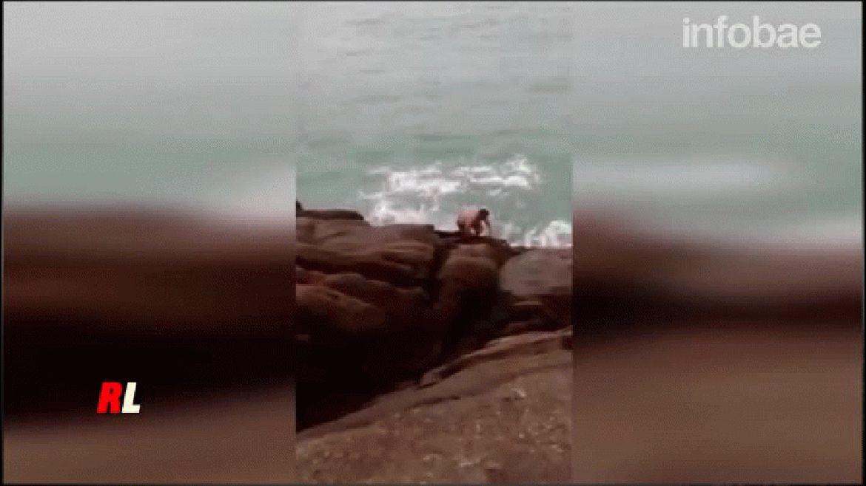 El momento en que la poderosa ola embistió al hombre