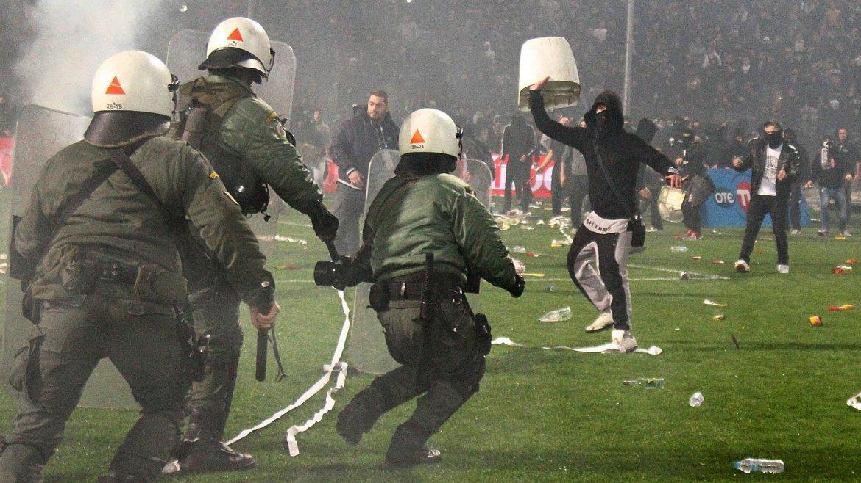Imágenes de la violencia dentro y fuera del campo en el fútbol de Grecia