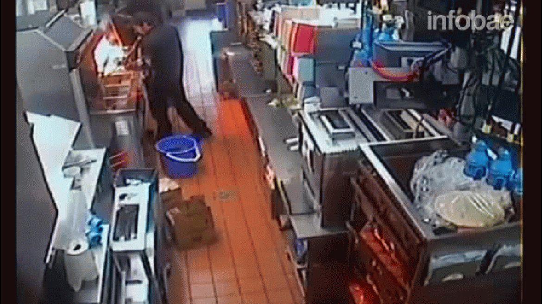 Una cámara interior registró el momento en que la empleada se quemó con el aceite a más de 160 grados