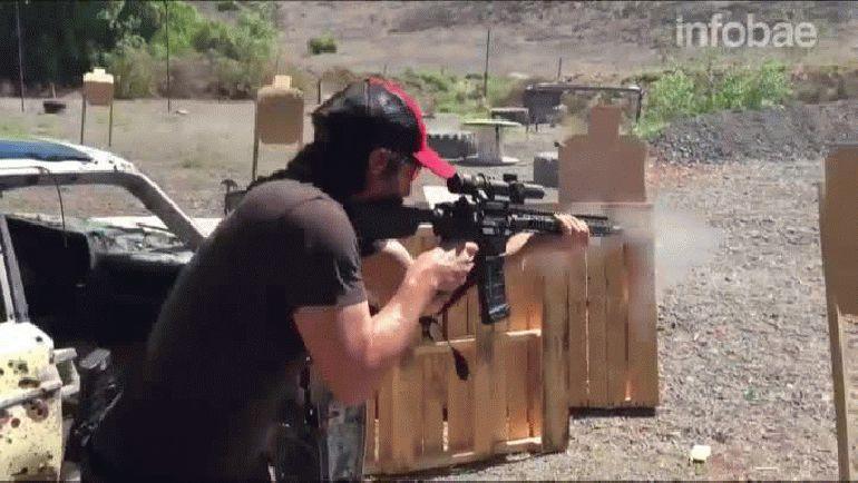 En menos de 40 segundos, Keanu Reeves logra dar en los blancos con una escopeta, una pistola y un rifle de asalto