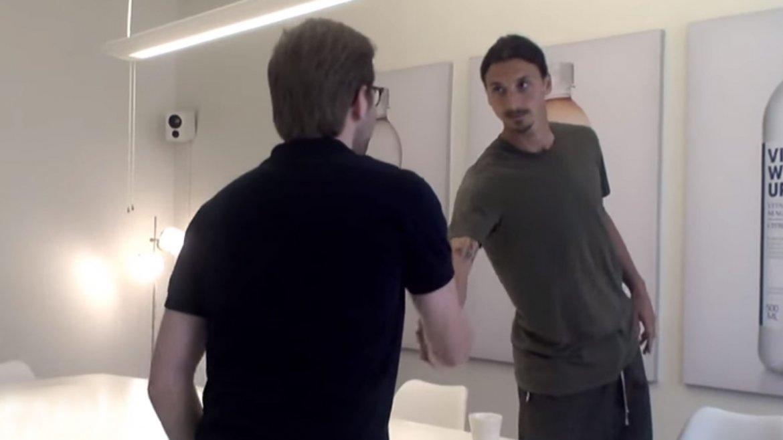 Zlatan Ibrahimovic sorprendió a un joven que buscaba trabajo y le tomó la entrevista