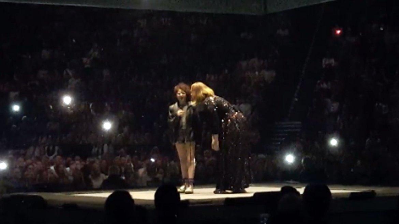 Adele en em Manchester Arena. Invitó al escenario a Emily Tammam, una  joven estudiante con autismo, que interpretó Someone like you y  conmovió a la multitud