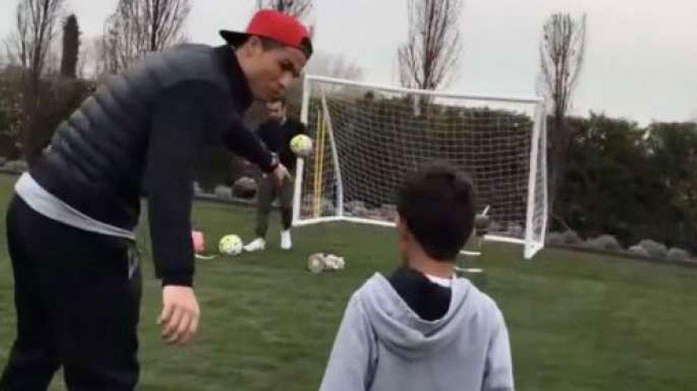 Cristiano Ronaldo jugó con su hijo y lo mostró en las redes sociales