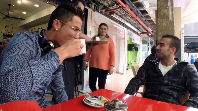 Cristiano Ronaldo intentó beber un té en un centro comercial de Madrid, pero fue muy solicitado por la gente