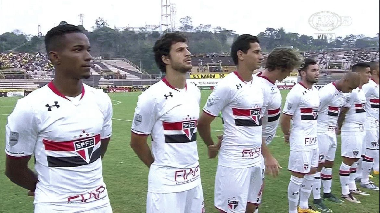 Los futbolistas del San Pablo simularon que nada extraño ocurría y aguardaron de manera respetuosa el final del himno