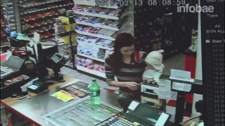 La cámara de seguridad de un mercado en Arvada, Colorado, captó la heroica intervención de una empleada cuando una clienta comenzó a convulsionar