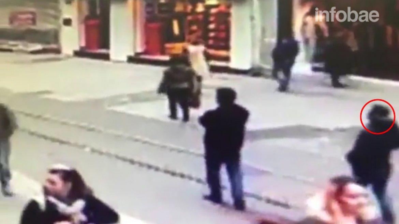 El atacante suicida es el hombre con las manos en los bolsillos que avanza hacia el centro del cuadro. La detonación dejó 5 muertos en Estambul