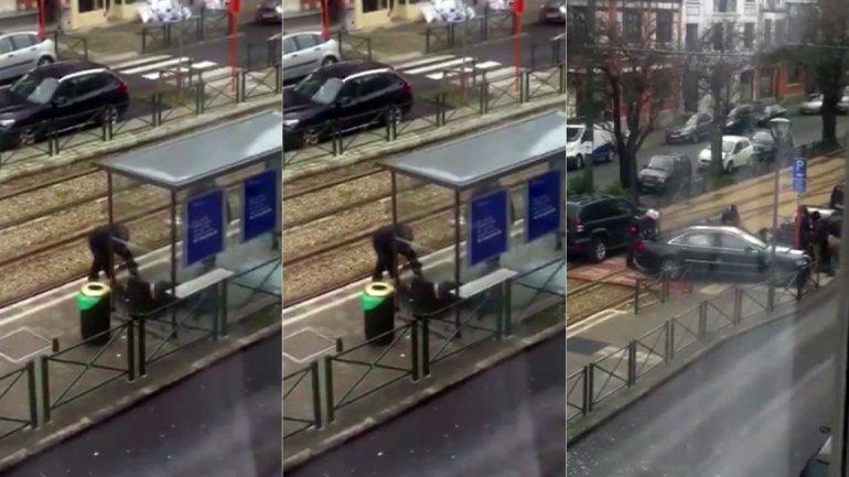 El diario belga La Capitale difundió un video en el que se observa cómo las fuerzas de seguridad reducen a un sospechoso en una estación de tranvía de Bruselas