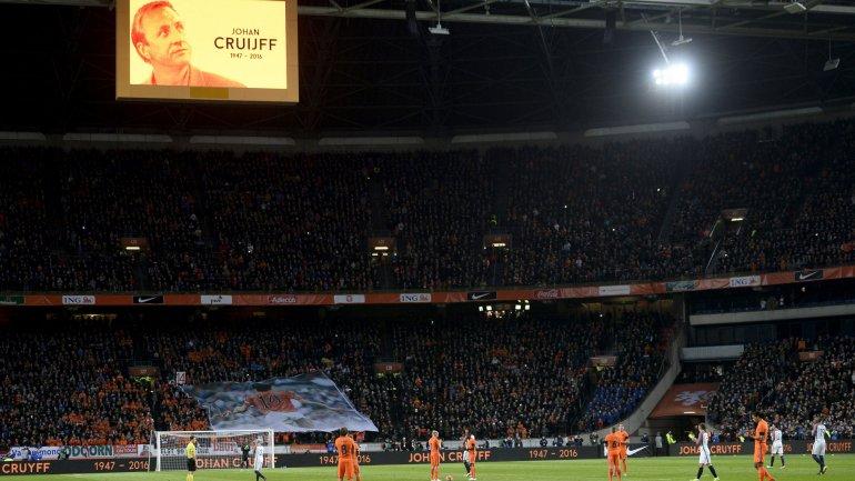 Durante 60 segundos, se detuvo el Holanda-Francia para homenajear a Johan Cruyff