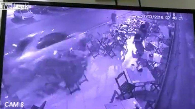 El instante en que el cliente atropelló al mesero