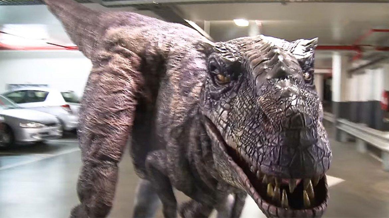 Hamish and Andy crearon un T-Rex que asusta a quien lo ve en medio de un aparcamiento de vehículos. El video se viralizó rápidamente