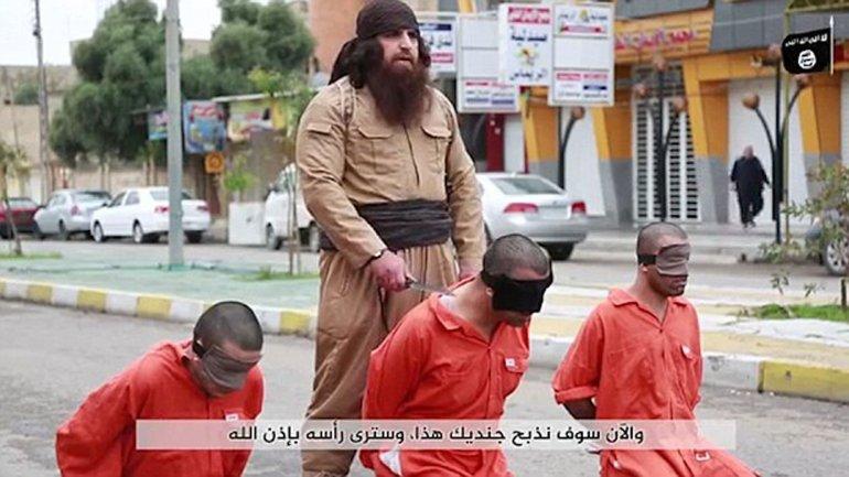 En el video, el terrorista del Estado Islámico decapita a un soldado kurdo. Las imágenes son explícitas