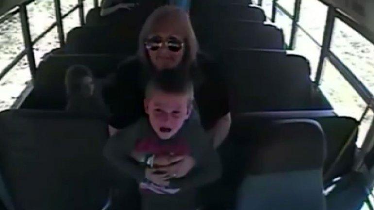 El momento en que la conductora del autobús salvó la vida del niño
