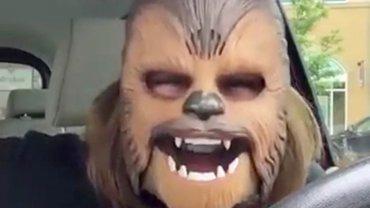 El hilarante video de la mujer riendo con la máscara de Chewbacca