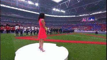 Así fue el incómodo momento en que la cantante se quedó muda durante el himno