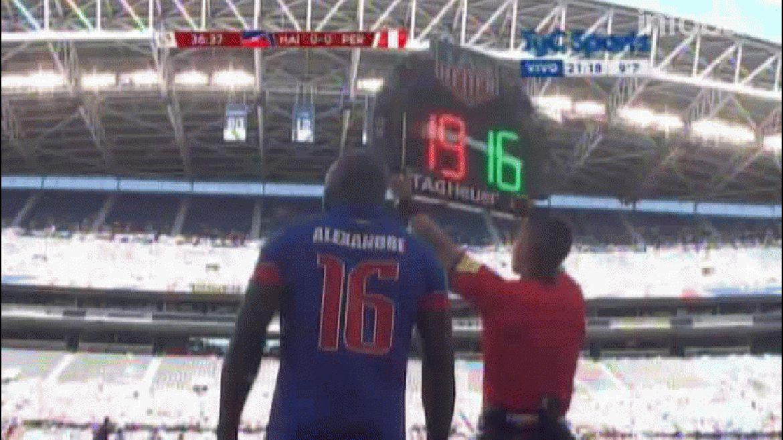 Max Hilaire, de la selección de Haití, enfureció porque lo sacaron del partido ante Perú en el primer tiempo